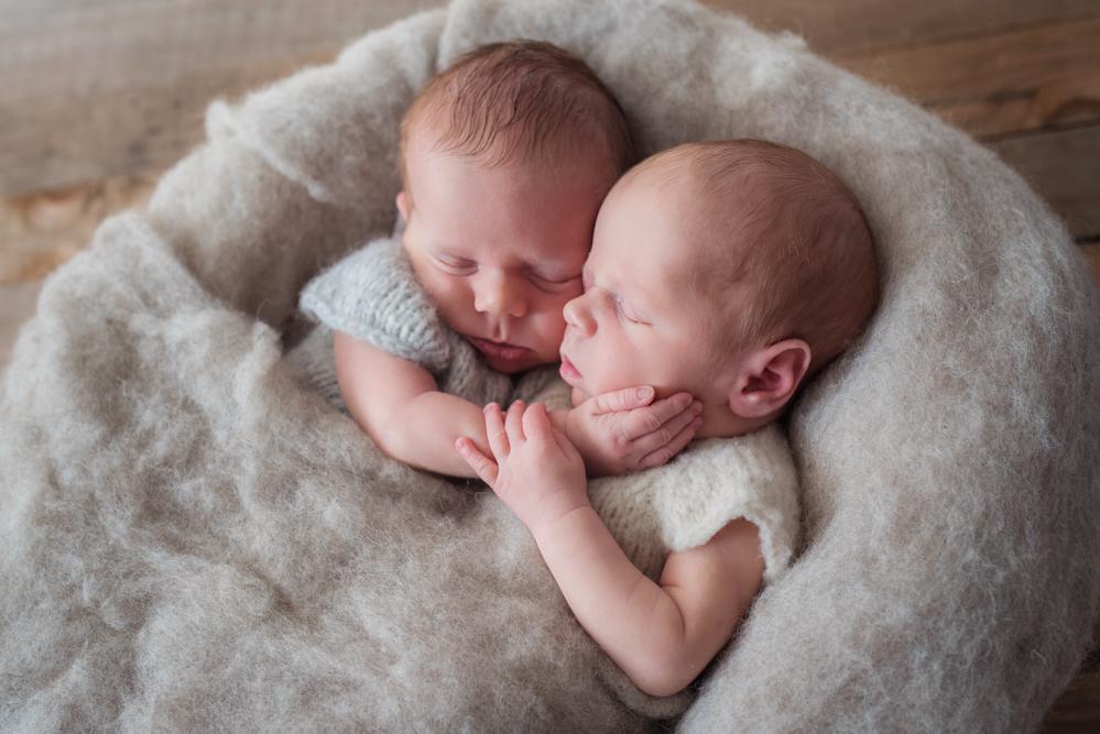 les jumeaux nouveau-nés se câlinent