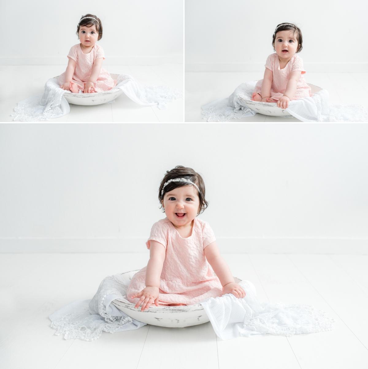 bébé souriant assis dans un bol en bois