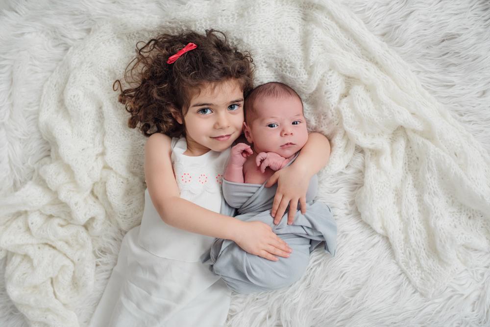 photo grande soeur avec nouveau-né